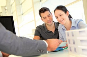 An independent broker isn't tied to a financial institution.